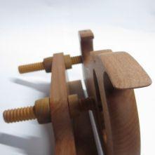 El cepillo de entalla(Kerfing plane) es una herramienta usada para marcar una ranura del grosor de una sierra (en este caso 0,8 mm) que realizada por las dos caras y los dos cantos ...
