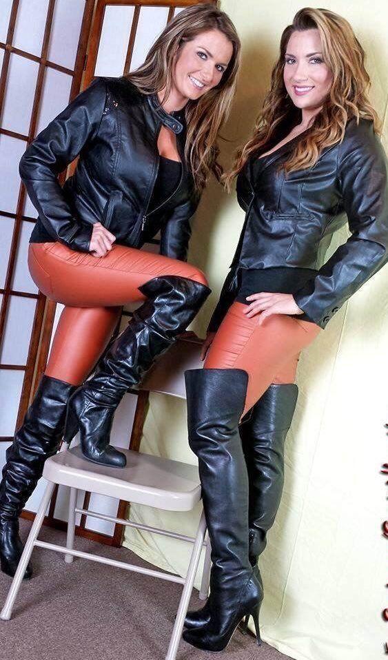 ragazza vestita in pelle nera stivali neri
