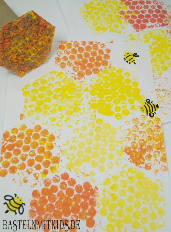 Bienenwaben basteln mit Kindern ist eine Bastelidee für den Frühling und Sommer und gewährt einen tollen Einblick in das Leben der Bienen.
