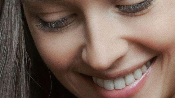 zoom de rostro femenino, de ojos semicerrados a boca sonriente