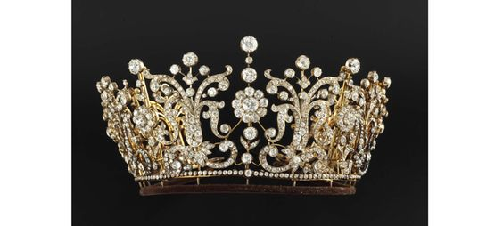 La vente des bijoux de la Princesse Margaret chez Christie's, 2006 http://www.vogue.fr/joaillerie/a-voir/diaporama/les-ventes-de-bijoux-legendaires-christie-s-sotheby-s-elizabeth-taylor-duchesse-de-windsor/21049/image/1110939#!la-vente-des-bijoux-de-la-princesse-margaret-chez-christie-039-s-2006
