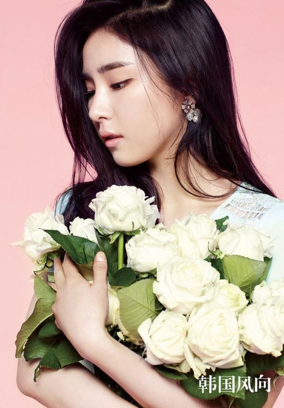 Lovely actress Shin Se Kyung can be seen on the cover of Hallyu magazine, 'Korea Wind Direction'!On …