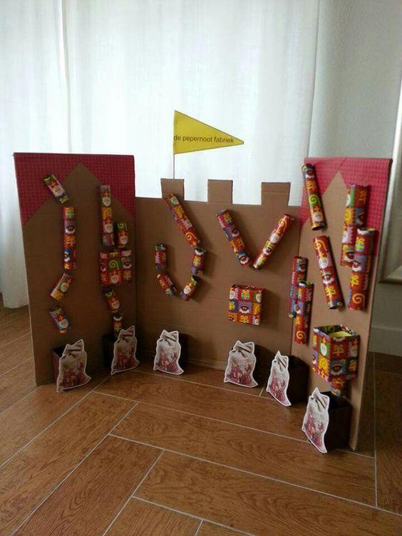Pepernoten fabriek. Idee van Rianne Rop. Keukenrollen vastzetten met splitpennen.