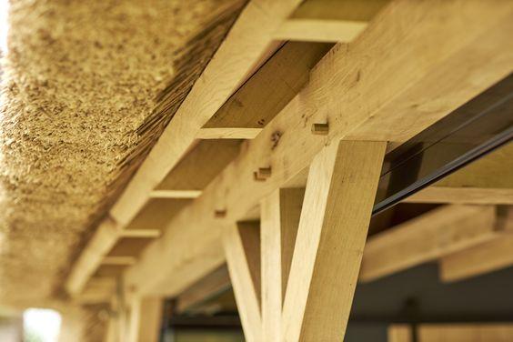Een rietgedekte, eikenhouten kapschuur met steellook ramen. Stoer, authentiek en landelijk.