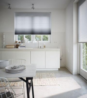 Valkoinen keittiö rakastaa valoa. #etuovisisustus #keittiö #luxaflex