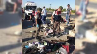 Korkunç kaza! Aynı aileden 3 kişi can verdi!: Sürücüsünün direksiyon hakimiyetini keybedip refüje çarpmasıyla meydana geldiği iddia edilen kazada Durmaz ailesinden 3 kişi hayatını kaybetti