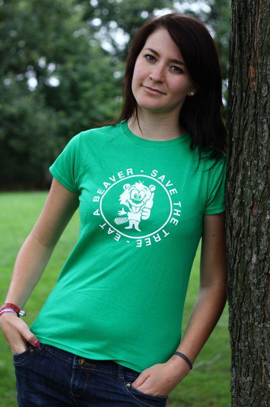 """T-shirt Eat a Beaver De vrouwelijke versie van de klassiker is een nauwsluitend model met verkorte mouwtjes en heeft een opdruk met de dubbelzinnige tekst: """"Save the Tree, Eat a Beaver"""". Blikdicht met aangenaam hoge stofdichtheid en een eersteklas verwerking."""