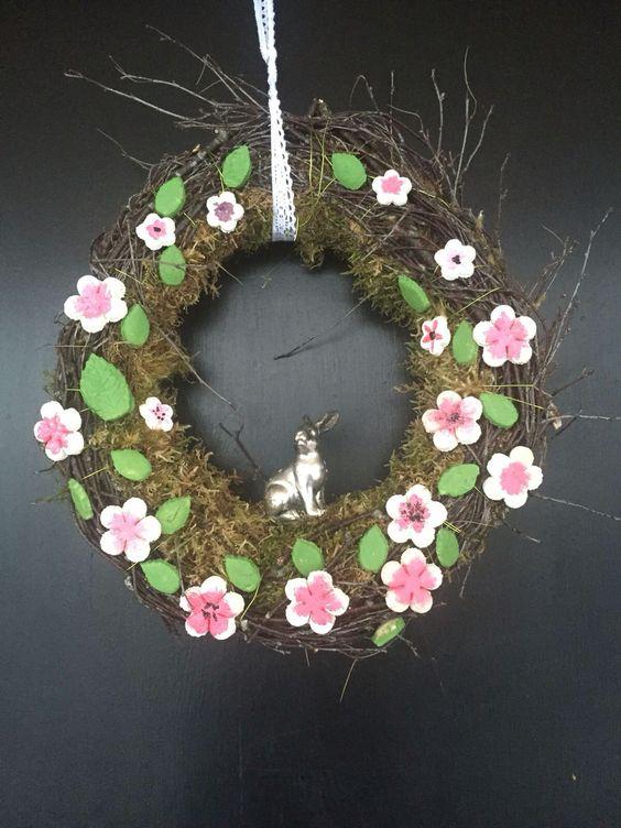 Mooskranz mit Birkenästen und Salzteig Kirschblüten sowie Blättern   Leicht mit Kindern zu machen!   Kranzrohling mittels Draht mit Moos umwickeln dann ein paar Birkenäste umwickeln. Salzteig herstellen Blüten ausstechen und anmalen. (Acrylfarbe)