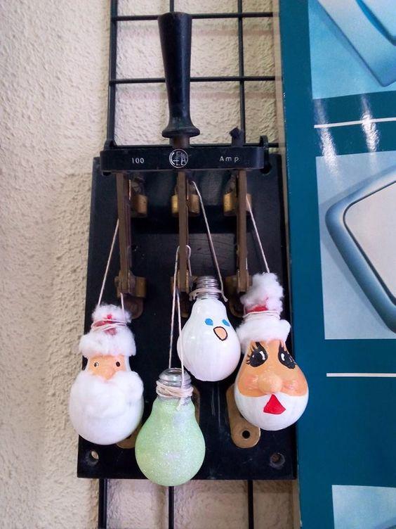Reciclaje de bombillas. Aprovechando la Navidad adornos para el árbol