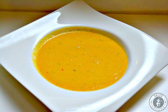 Diese leckere Paleo Karottensuppe gelingt garantiert, ist schnell und einfach zubereitet und schmeckt mit Kokosmilch, Curry und Chili auch noch raffiniert.