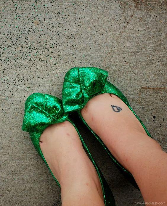 DIY | Mean Green Glitter Shoes  #diy #glitter #shoes #heels #green #unt #meangreen #graduation