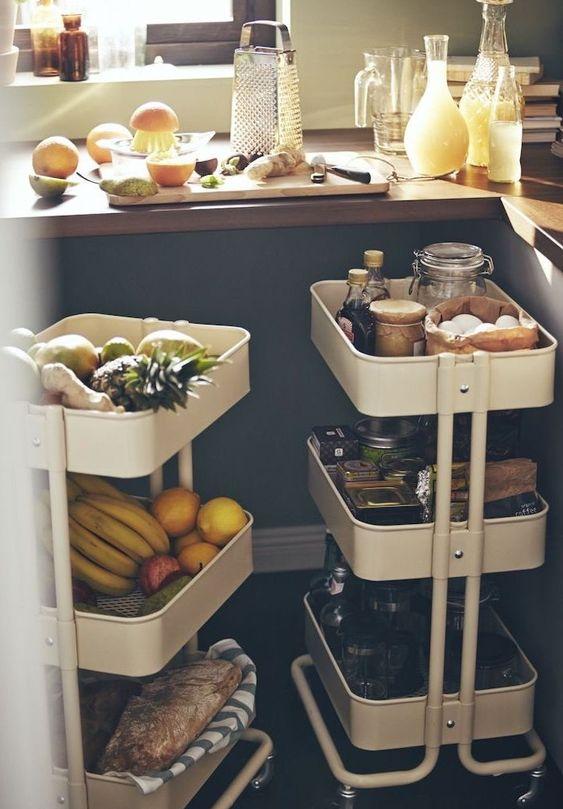 idee astuce rangement cuisine avec des dessertes pour rangers ustensiles, fruits et autres produits de cuisine