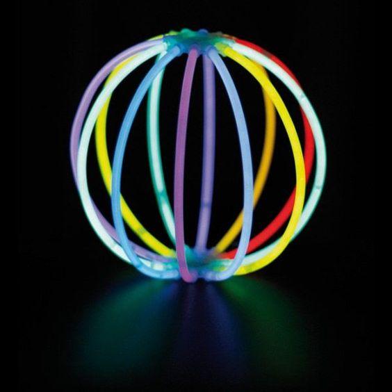 petit effet d co en tubes fluos fluo neon party fluo neon party pinterest arbres soir e. Black Bedroom Furniture Sets. Home Design Ideas