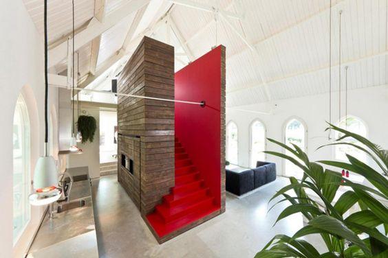Een combinatie van respect en humor in een kerk turned huis Roomed | roomed.nl