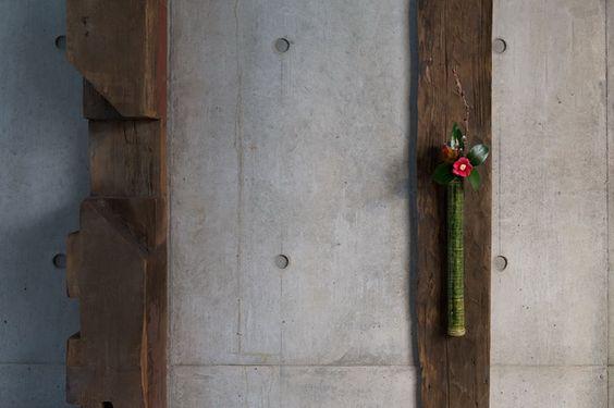 <一月>椿(天輪寺月光)<br>織部掛花入 松崎健 現代<br>古美術小幡 東山区