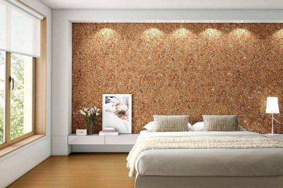 papiers peints à l'aspect liège dans la chambre adulte, lit bas et sol en parquet massif