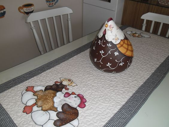 Porongo pintado e  trilho de mesa com colagem em tecido