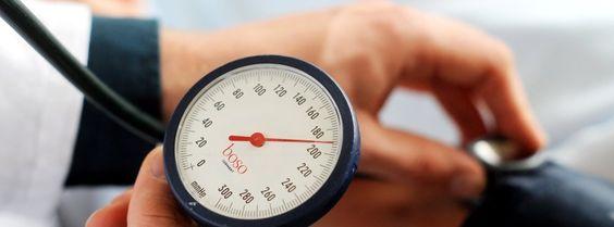Blutdruckmessung: Zu hoher Druck ist eine Risikofaktor für einen Herzinfarkt Wer unter Bluthochdruck leidet, kann auch ohne Medikamente gegensteuern: Bewegung, eine gesunde Ernährung oder alternative Methoden wie Akupunktur werden empfohlen. Was hilft wirklich?