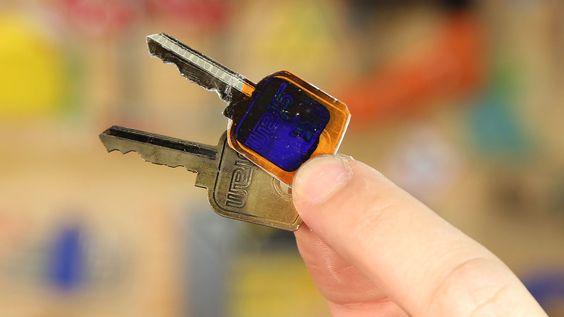 Use um cartão de plástico velho para fazer uma cópia da chave da sua casa!
