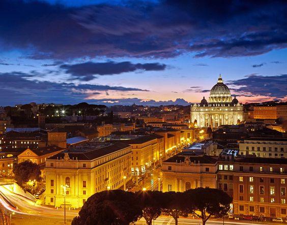 歴史の深い夕暮れのサン・ピエトロ大聖堂です。