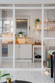 cuisine kitchen blanche parquet à grosses lattes peint en blanc salle à manger séparée par une verrière atelier
