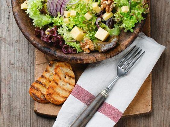Hersbtsalat mit Nüssen, Zwiebeln und Hartkäse ist ein Rezept mit frischen Zutaten aus der Kategorie Zwiebelgemüse. Probieren Sie dieses und weitere Rezepte von EAT SMARTER!