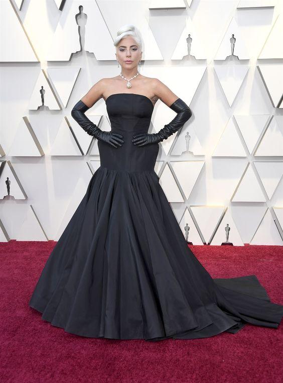 778e9e399417 Dicono sia in un periodo down per Lady Gaga. Vederla in nero su un tappeto  rosso infatti è un occasione quasi unica  dopo abiti di carne