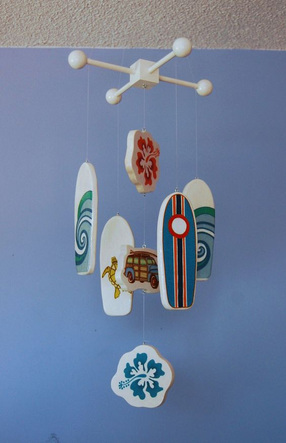 Surfboard Baby Mobile - White Mobile - Woody Surf Boards and Car - Surf or Beach Baby Nursery von FlyingTrees auf Etsy https://www.etsy.com/de/listing/107208912/surfboard-baby-mobile-white-mobile-woody