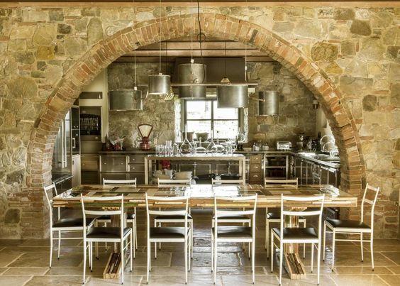 Área de jantar situa-se sob um arco de pedra em uma fazenda toscana renovado.  [1480 × 1059]