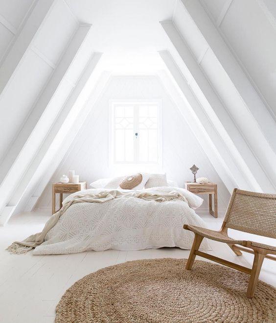 witte slaapkamer met rond jute kleed en rotan stoel