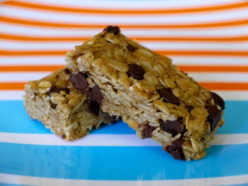 Chocolate Chip Granola Bar Recipe - looks yummy!  (Oats, whole wheat flour, shredded coconut, brown sugar, chocolate chips, salt, canola oil, vanilla, and honey)