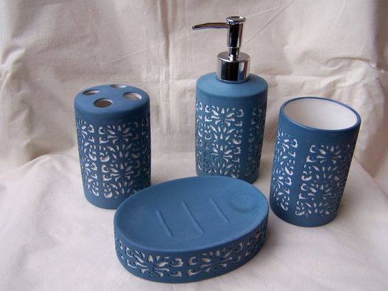 Badezimmergarnitur aus Keramik in blau/weiß in Steinoptik