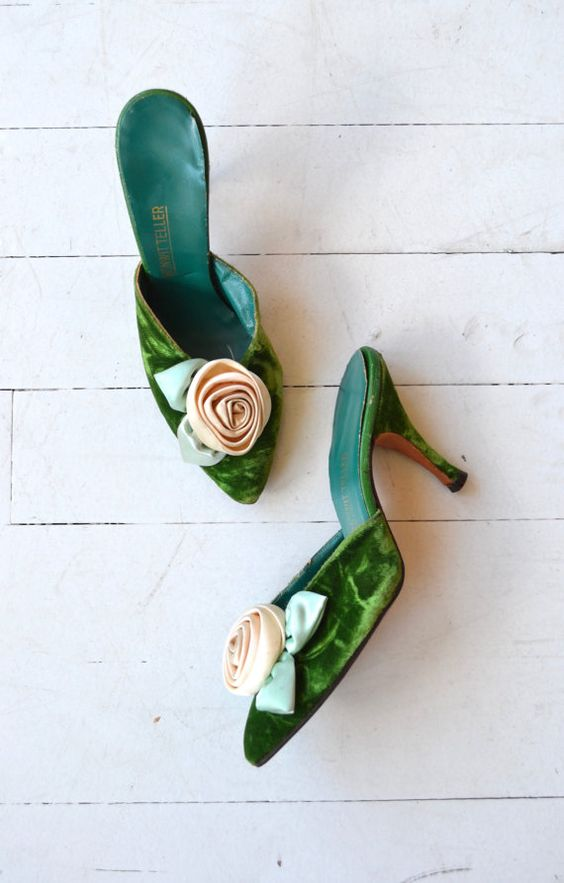 Gorgeous vintage 1950s Bonwit Teller emerald velvet mules with large cream rosette and narrow heel. ✂-----Measurements fits like: us 5.5 | euro 35.5 | uk 3 insole: 9.25 ball: 2.75 (narrow width) heel: 3.5 brand/maker: Bonwit Teller condition: excellent ➸ more vintage footwear http://www.etsy.com/shop/DearGolden?section_id=5800174 ➸ visit the shop http://www.DearGolden.etsy.com _____________________ ➸ blog | www.deargolden.com ➸ twitter | deargolden ➸ facebook.com | deargolden: