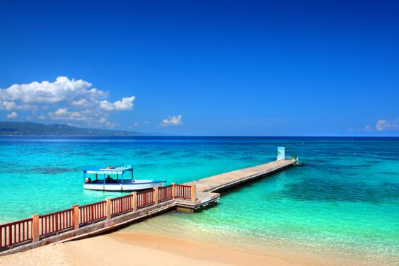 Planning a beach wedding in Jamaica - 4 Affordable Destination Wedding Options in the Caribbean #affordable #destinationwedding #Jamaica