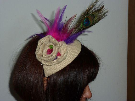 tocado que diseñé en arpillera con pluma de avestruz y otras plumas de color...
