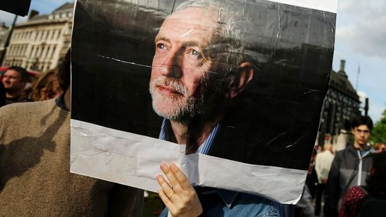 """Jeremy Corbyn : """"Geh jetzt"""" Beim Amtsantritt wurde Labour-Chef Corbyn frenetisch gefeiert – jedoch nicht von seinen Abgeordneten. Jetzt ist das Vertrauen endgültig dahin. Doch das scheint ihm egal. Von Sascha Zastiral, London"""