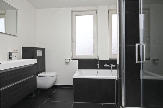 Eigentijdse badkamer met grote vloertegels doorgetrokken in de ombouw van het ligbad - Mooie eigentijdse badkamer ...