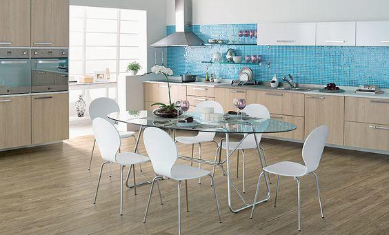 Tok Cozinha Realce o visual da cozinha urbana ao usar o brilho do aço, o calor da madeira e a leveza do vidro.