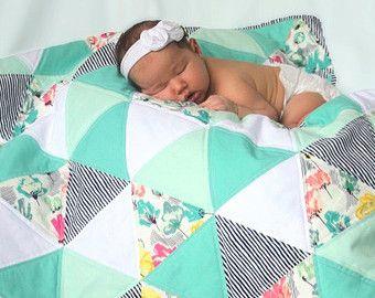 Summer Fields - triangle couette - couette bébé - menthe, turquoise, corail et blanc