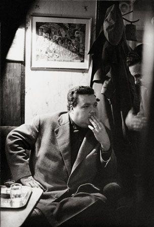 Café Hawelka, Wien, 1956. Das Bild zeigt Helmut Qualitinger.