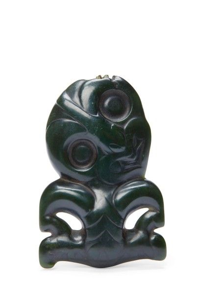 Maori, Nouvelle-Zélande. Hei-tiki en néphrite de type jadéite vert foncé, 12,5 x 8 x 2,2 cm. Adjugé : 108 318 € Lundi 27 juin, salle 2 - Drouot-Richelieu. Millon OVV. MM. Lebeurrier D., Reynes, Cabinet Ansas-Papillon.