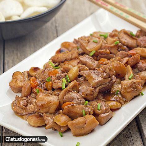 Pollo con almendras al estilo chino     5 contramuslos deshuesados     1 zanahoria     1/2 cebolla     100g de almendras fritas     salsa de soja     1 cucharada de salsa de ostras     una pizca jengibre