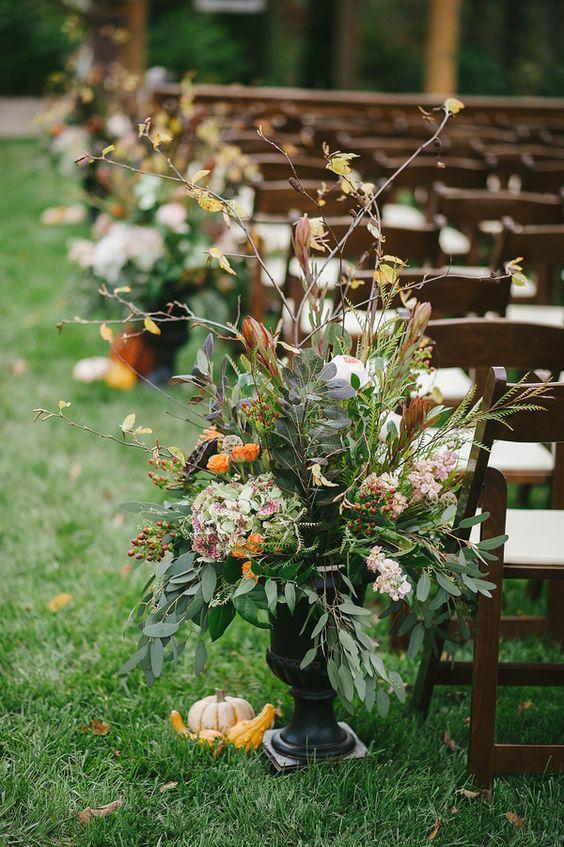 Ceremony florals for a fall wedding // photo by Jennie Andrews + florals by Samuel Franklin #weddingflorals #southernwedding #castletonfarms