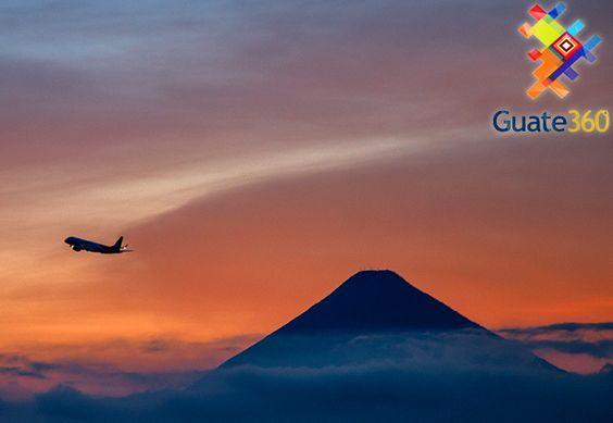 Fotos de Aeropuerto Internacional La Aurora - El Volcán de Agua es testigo del despegue de un avión en el Aeropuerto