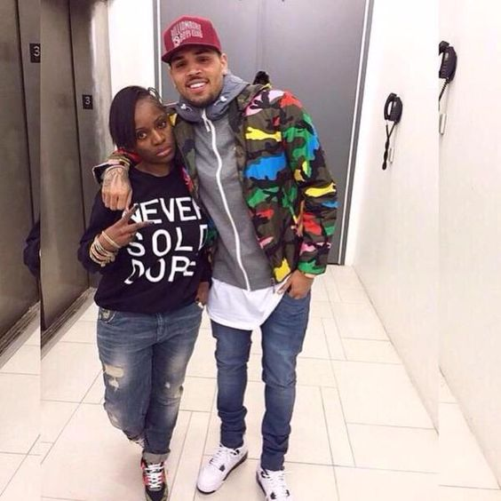 --> NICE PICTURES Of Chris Brown & A Fan Today #TeamBREEZY