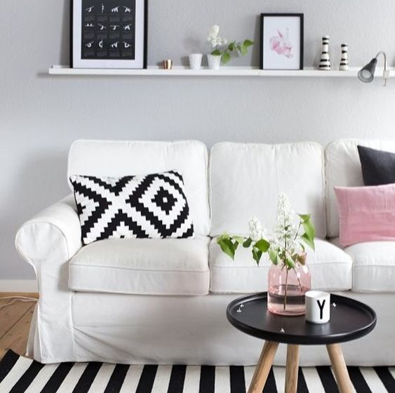 decoration, decoração, sofa, estante, shelf, mesa, pillow almofadas, frames, gráfica, vase, flower, details, vaso, flores, detalhes, pink, black, white, rosa ,preto , branco