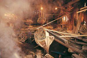 Atelier de la famille Gozategi à Orio. Jose Manuel chauffe les virures à la vapeur de la chaudière. Il s'agit du dernier batel construit pa...