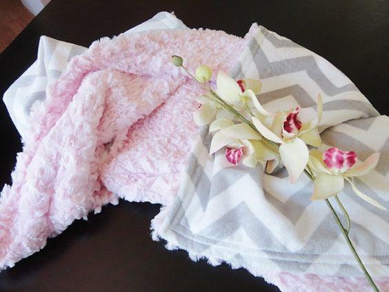 Couverture de bébé Minky - Chevron argenté et bébé rose texturisé - bébé fille - sur mesure