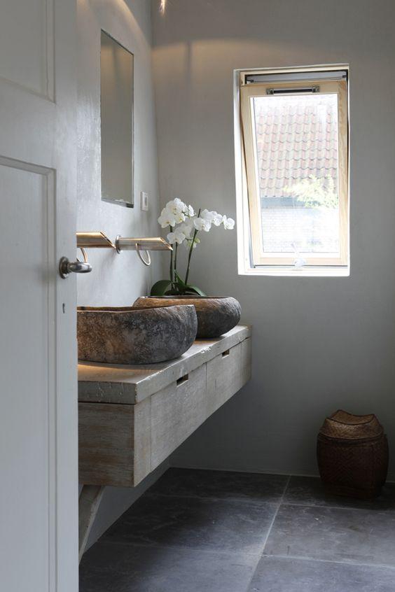 baño rústico, doble lavabo de piedra sobre encimera de madera con cajones, grifos de pared. presupuestON.com