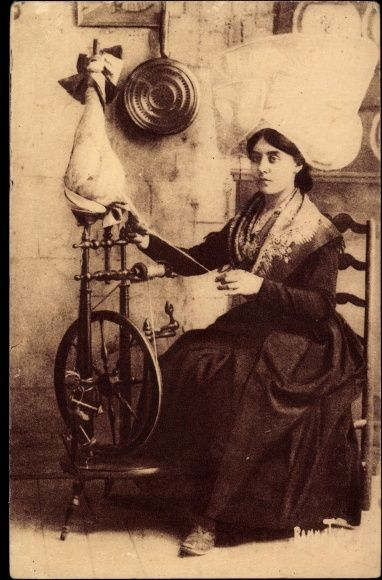 Postcard Costumes d'Aunis et Saintogne, Frau in franz. Tracht am Spinnrad, Hut #Saintogne